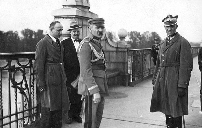 Marszałek Józef Piłsudski (środek) i gen. Gustaw Orlicz-Dreszer (po prawej) na Moście Poniatowskiego w Warszawie, przed rozmową z prezydentem Stanisławem Wojciechowskim, podczas Przewrotu Majowego 12 maja 1926 r.jpg