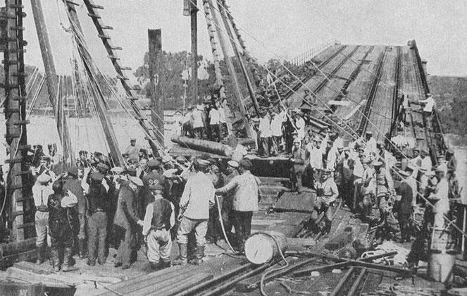 Most Poniatowskiego, 1915. Naprawa zniszczonego przez wojska rosyjskie mostu.jpg