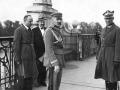 Marszałek Józef Piłsudski (środek) igen. Gustaw Orlicz-Dreszer (poprawej) naMoście Poniatowskiego wWarszawie, przedrozmową zprezydentem Stanisławem Wojciechowskim, podczas Przewrotu Majowego 12 maja 1926 r.jpg