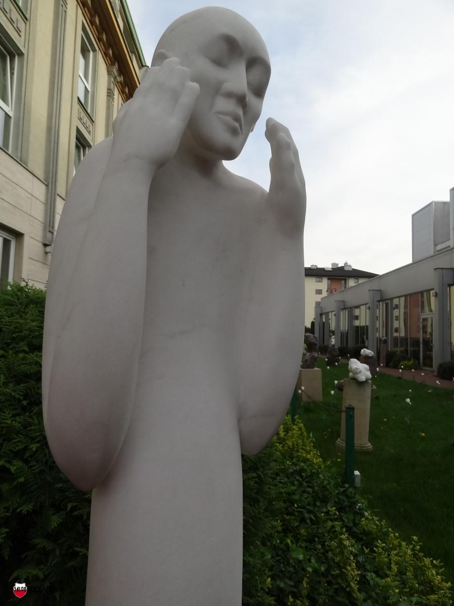 DSC01988 Ogrod rzezb Krzysztof Pawlowski Bol marmur