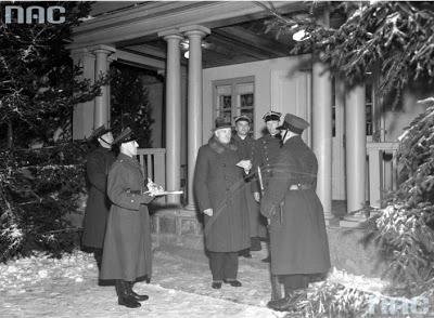 4. Rok 1935 Spała Prezydent RP Ignacy Mościcki w wieczór wigilijny dzieli się opłatkiem z żołnierzem pełniącym wartę przed pałacykiem.