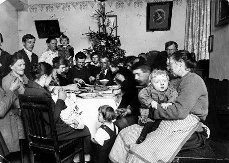 Wigilijna-kolacja-w-1924-roku-w-ubogim-domu